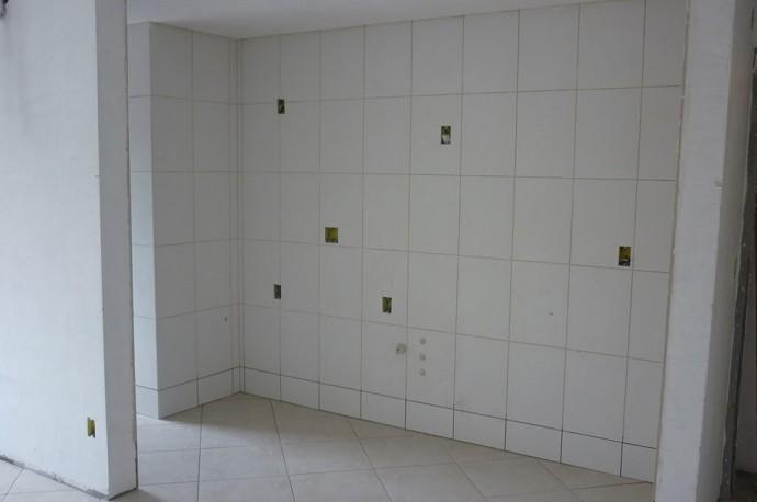 Início da colocação de cerâmica e piso nos apartamentos