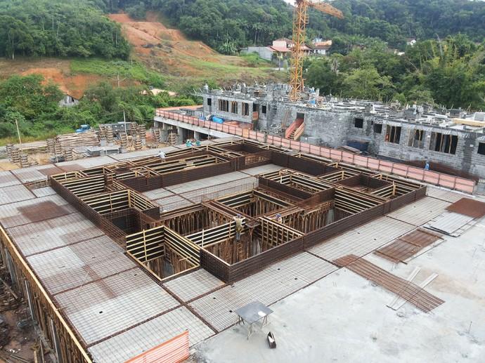 Montagem da caixaria de estrutura do complexo de piscinas