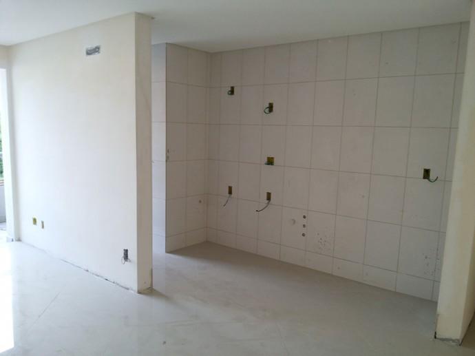 Execução dos acabamentos de pisos e cerâmicas no 2º andar de apartamentos