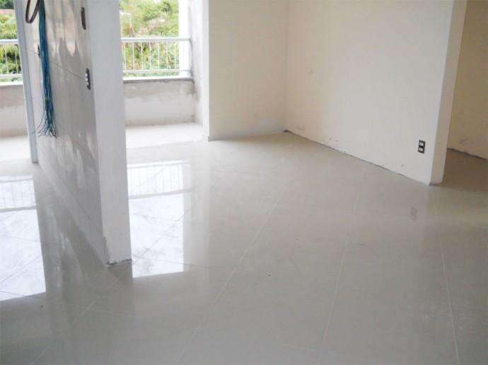 Colocação dos pisos nos apartamentos do 12º andar